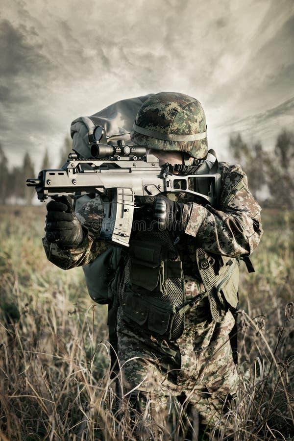 Солдат на войне в болоте стоковые изображения