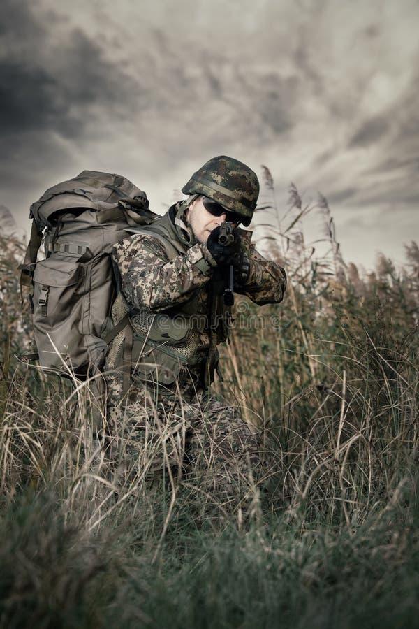 Солдат на войне в болоте стоковое изображение