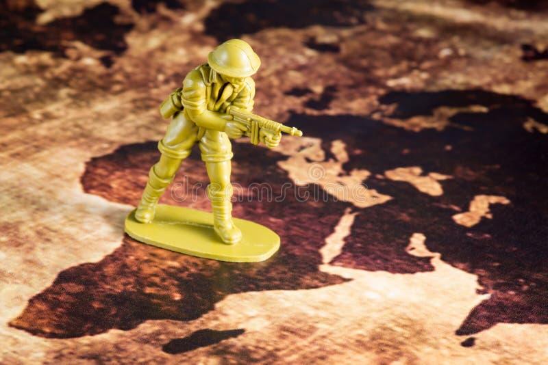 Солдат на карте стоковое изображение