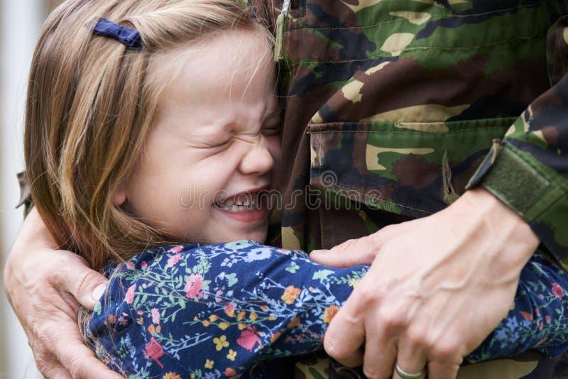 Солдат на разрешении будучи обниманным дочерью стоковое изображение rf