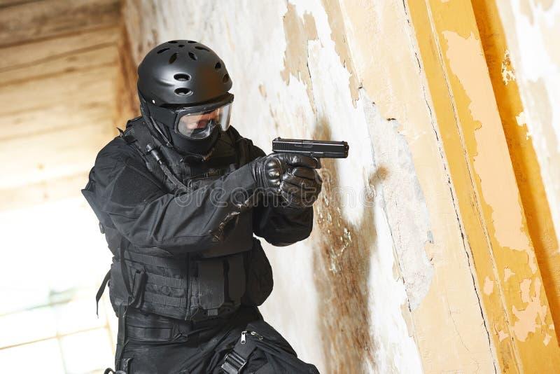 Солдат полиции по борьбе с терроризмом подготовил с пистолетом готовым для того чтобы атаковать стоковое изображение rf