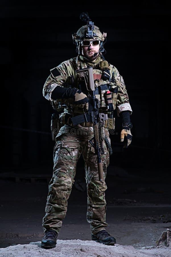 Солдат сил специального назначения с винтовкой на темной предпосылке стоковая фотография rf