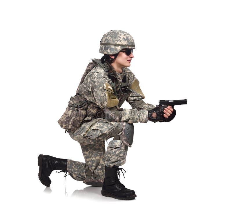 Солдат снимает оружие стоковое фото