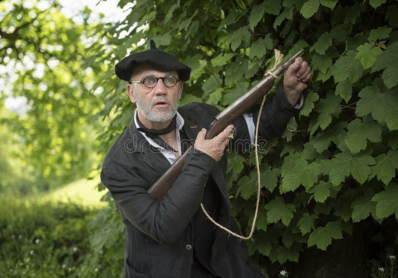 Солдат сопротивления Вторая мировой войны французский в древесинах с оружием винтовки стоковые фотографии rf