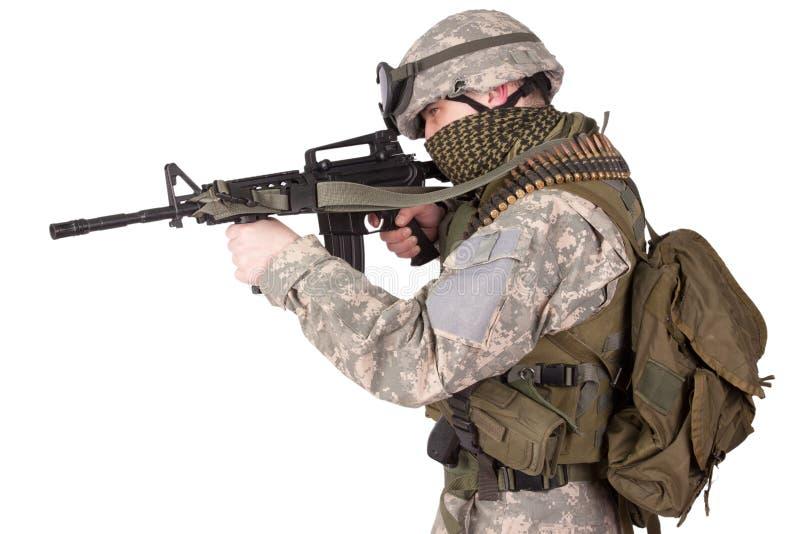 Солдат США с оружием руки на белизне стоковая фотография