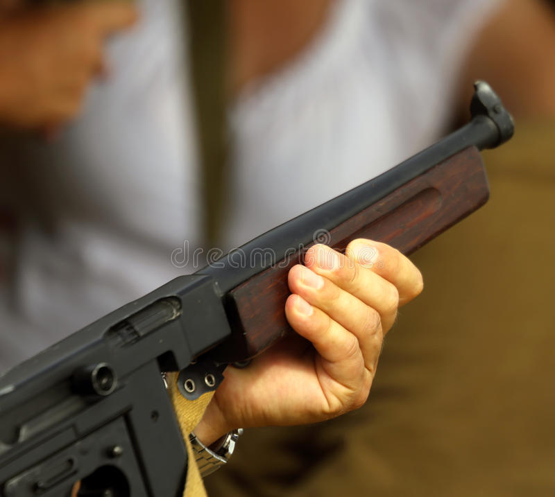 Солдат с винтовкой в руке пока защищающ пленников стоковые фото