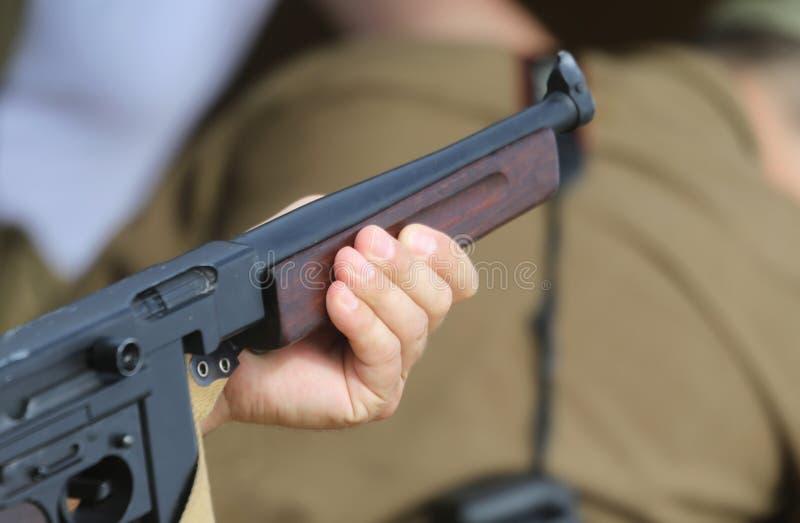 Солдат с винтовкой в руке пока защищающ пленников стоковое фото