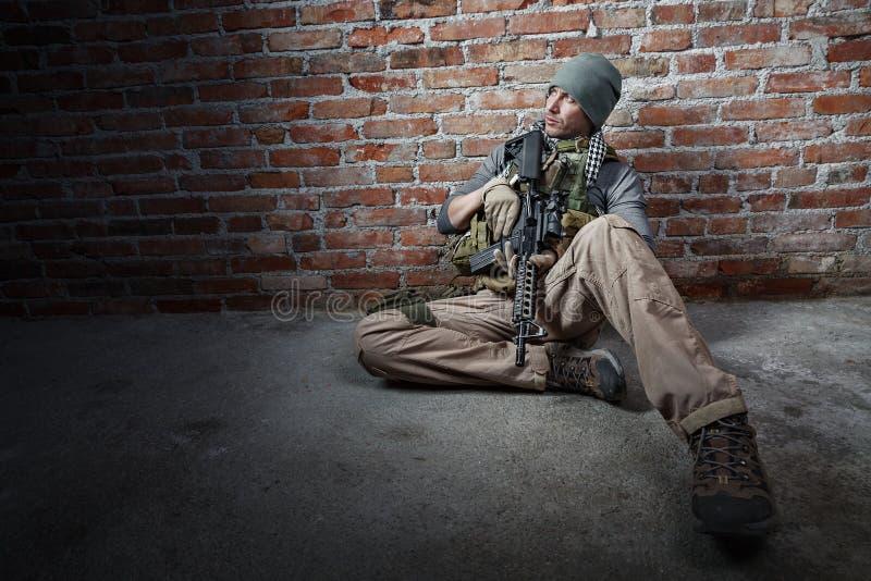Download Солдат с винтовкой стоковое изображение. изображение насчитывающей армянках - 37927983