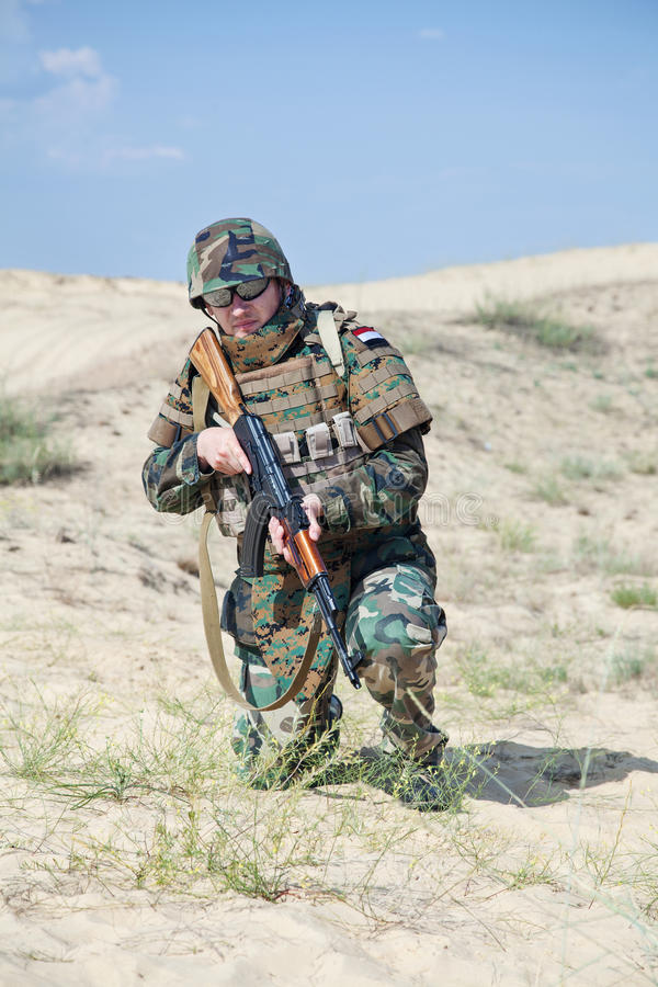 Солдат с винтовкой AK стоковые фотографии rf
