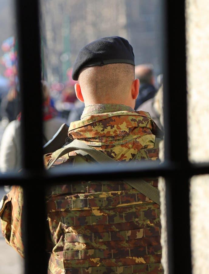 солдат с камуфляжной формой вне тюрьмы стоковое фото rf