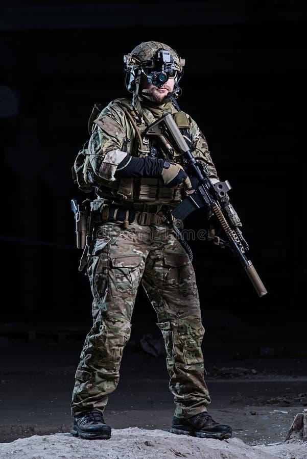 Солдат с прибором и винтовкой ночного видения стоковые изображения