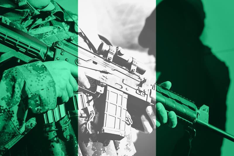 Солдат с пулеметом с национальным флагом Нигерии стоковое фото rf