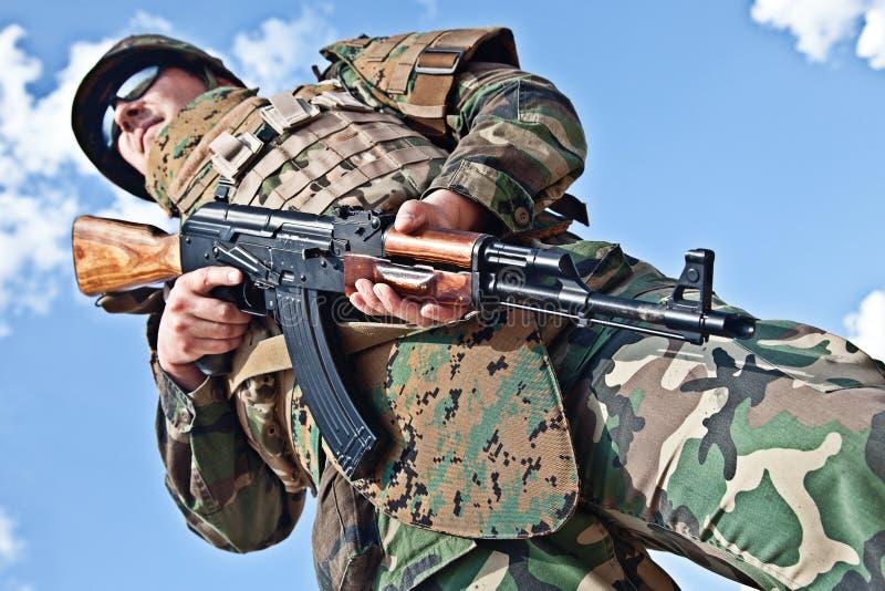 Солдат с ak-47 стоковые фотографии rf