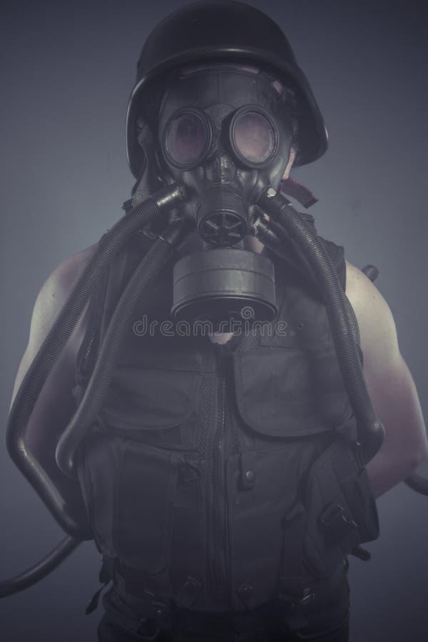 Download Солдат, человек с черной маской противогаза, концепция загрязнения и экологическое Стоковое Фото - изображение насчитывающей опасность, разрушение: 40578840