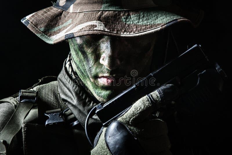 Солдат Jagdkommando с пистолетом стоковая фотография rf