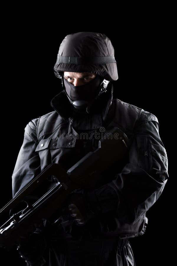 Солдат ops спецификаций на черной предпосылке стоковые фото