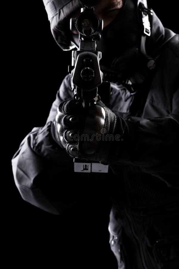 Солдат ops спецификаций на черной предпосылке стоковое фото