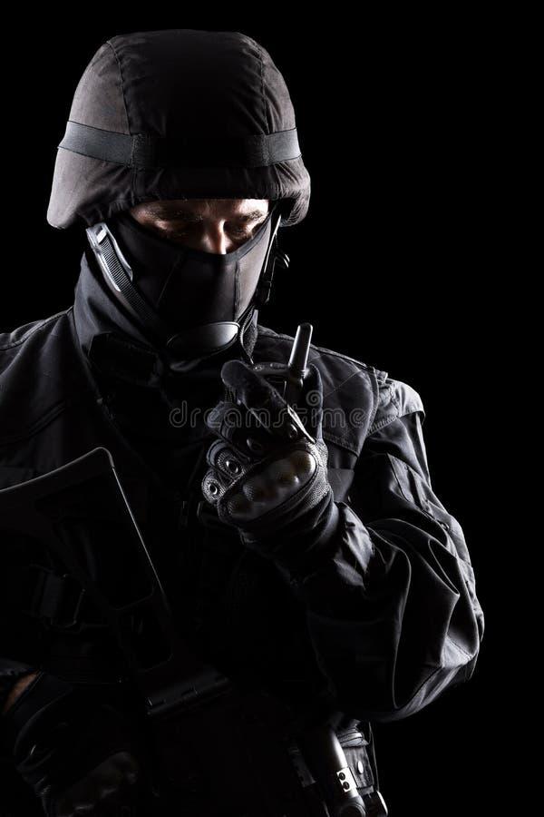 Солдат ops спецификаций на черной предпосылке стоковая фотография