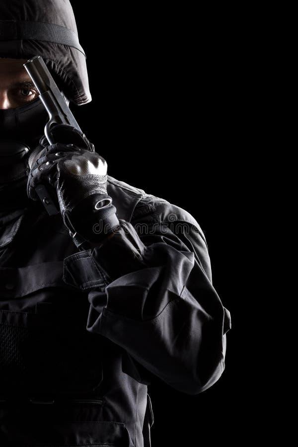 Солдат ops спецификаций на черной предпосылке стоковые фотографии rf