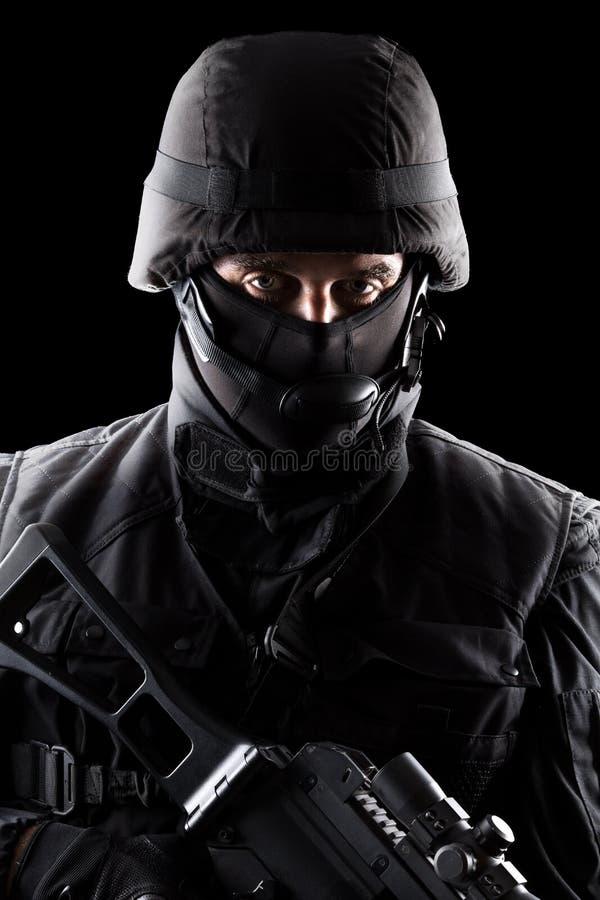 Солдат ops спецификаций на черной предпосылке стоковое изображение rf