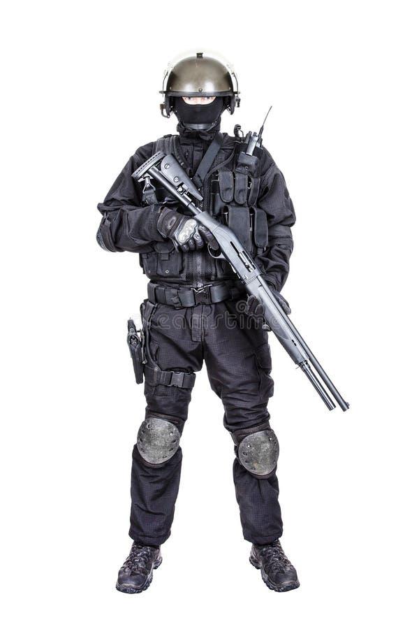Солдат ops спецификаций с корокоствольным оружием стоковая фотография