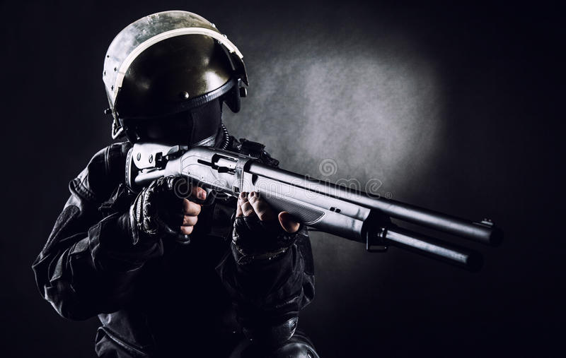 Солдат ops спецификаций с корокоствольным оружием стоковые фото
