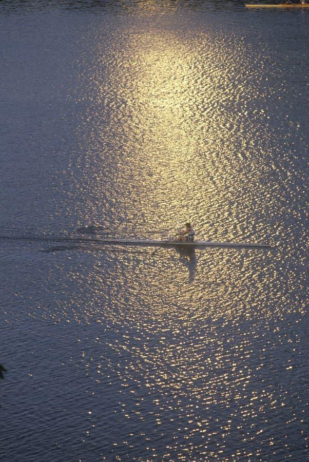 Солитарный Rower на заходе солнца на Потомаке, Вашингтоне, d C стоковое изображение