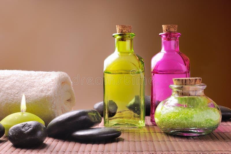 Соли для принятия ванны и масло для тела на деревянной коричневой предпосылке градиента стоковые фото