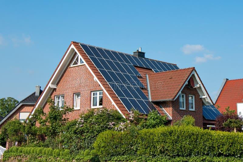 Солнечная крыша на одиночном доме стоковые фотографии rf