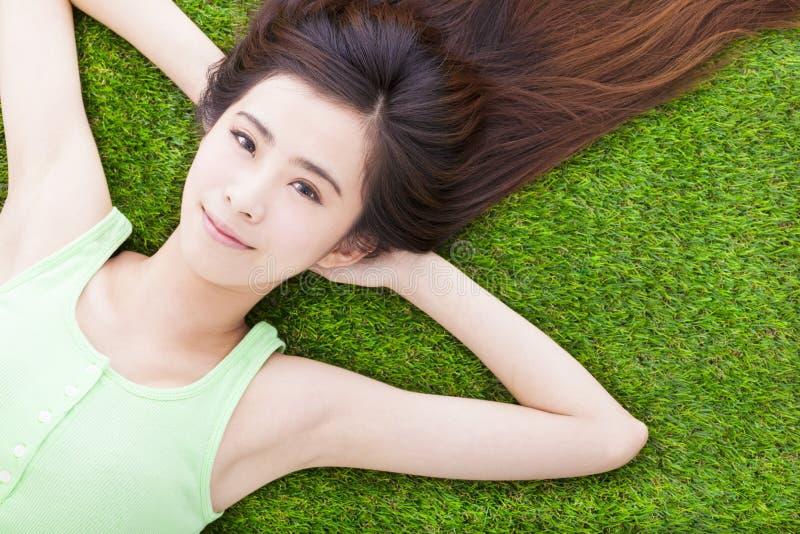 Download Солнечная милая девушка лежа вниз на луге Стоковое Фото - изображение насчитывающей жизнерадостно, естественно: 40588644