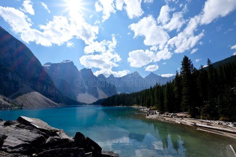 Солнечность над живописной мореной озера в национальном парке Banff стоковая фотография