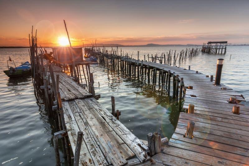 Солнечность от захода солнца на старой пристани стоковые изображения