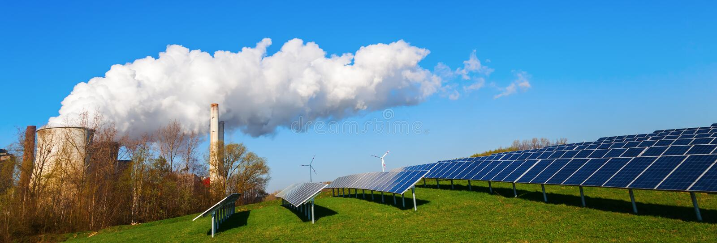 Солнечные коллекторы и электростанция ископаемого горючего стоковые изображения