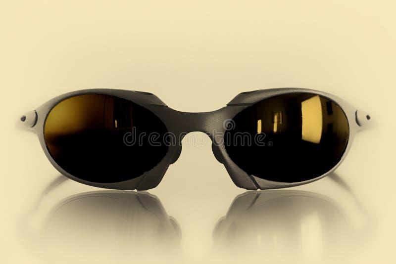 Солнечные очки изолированные на желтой предпосылке стоковые изображения rf