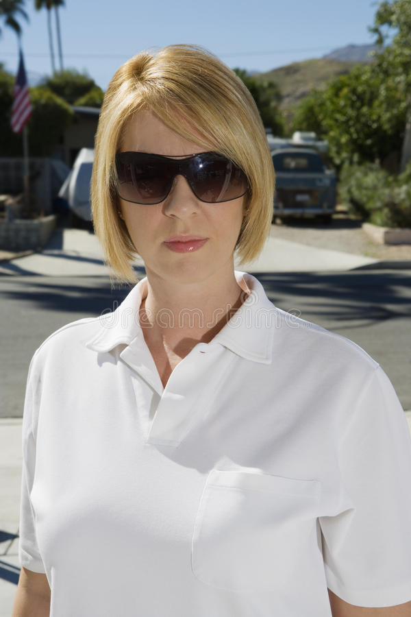 Солнечные очки исследователя полиции нося стоковое фото rf