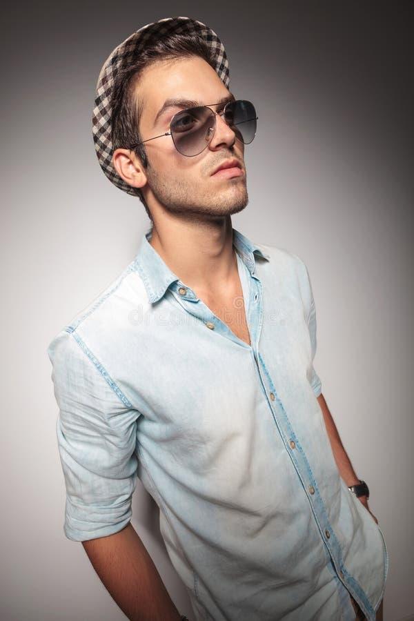 Солнечные очки молодого вскользь человека моды нося стоковые фотографии rf
