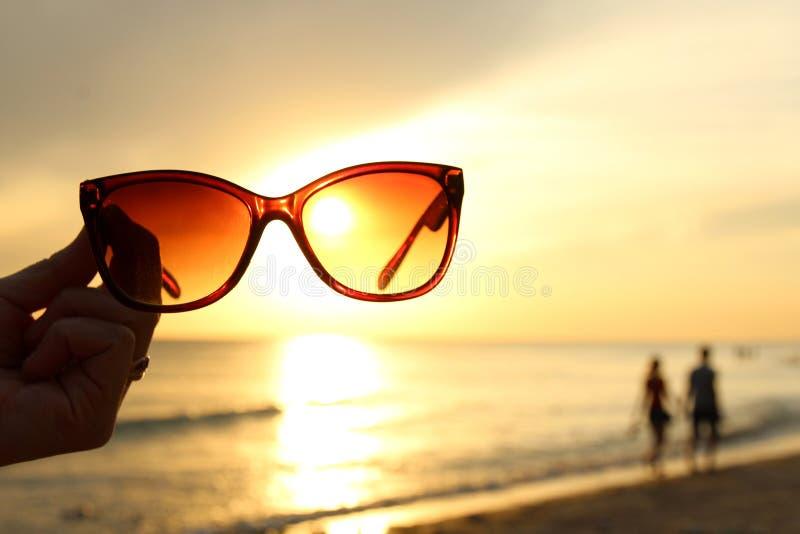Солнечные очки на пляже стоковые фото