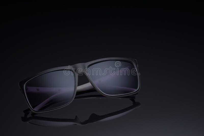 Солнечные очки поляризовывали стекла на темной предпосылке стоковое фото rf