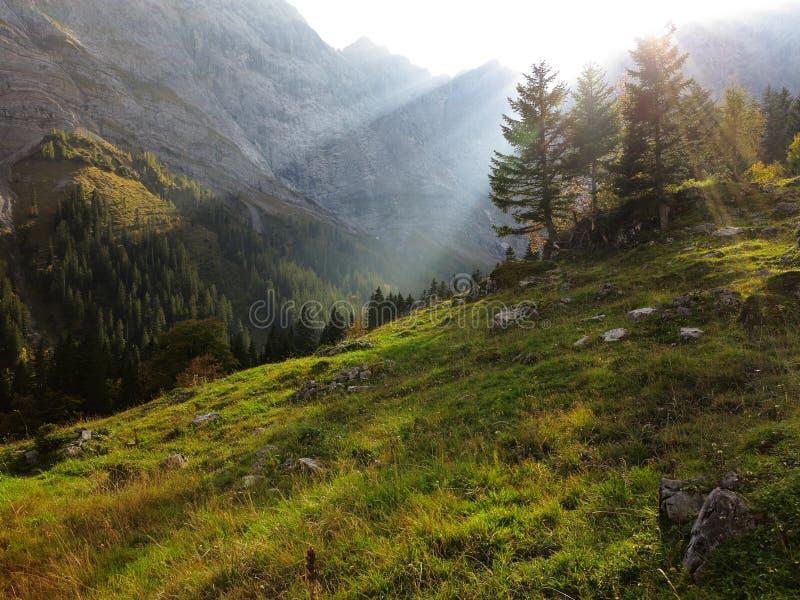 Солнечные лучи в долину горы на падении стоковая фотография rf