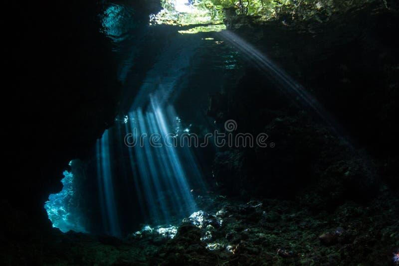 Солнечные лучи и погруженный в воду Cavern стоковое изображение rf
