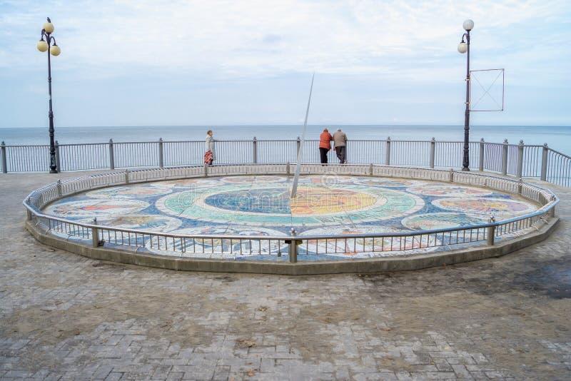 Солнечные часы мозаики на ноге лестниц на променаде стоковое изображение