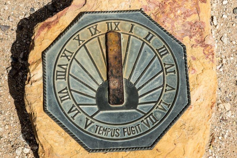 Солнечные часы пустыни в камне стоковое изображение
