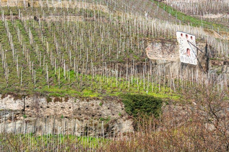 Солнечные часы Zeltinger в выращивающем вин городке на Mosel стоковое изображение rf