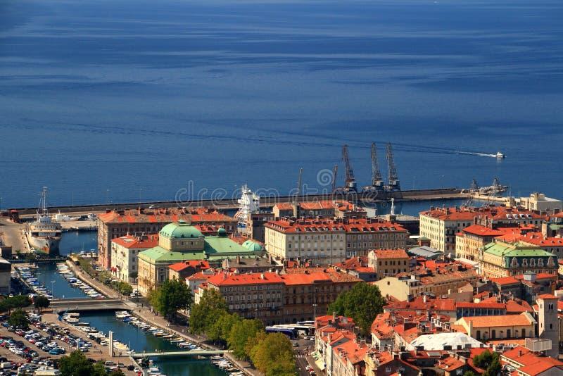 Солнечный городской пейзаж Риеки, Хорватии, с крышами и голубым морем стоковое фото rf