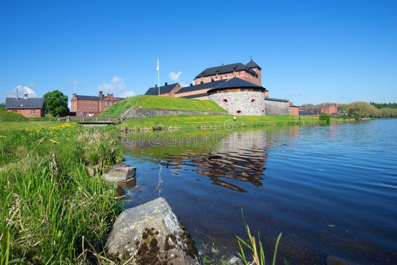 Солнечный день в июне на древней крепости города Hameenlinna Финляндия стоковое изображение rf