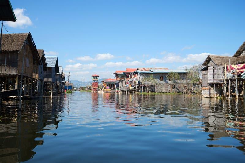 Солнечный день в традиционной бирманской деревне на озере Inle myanmar стоковая фотография rf