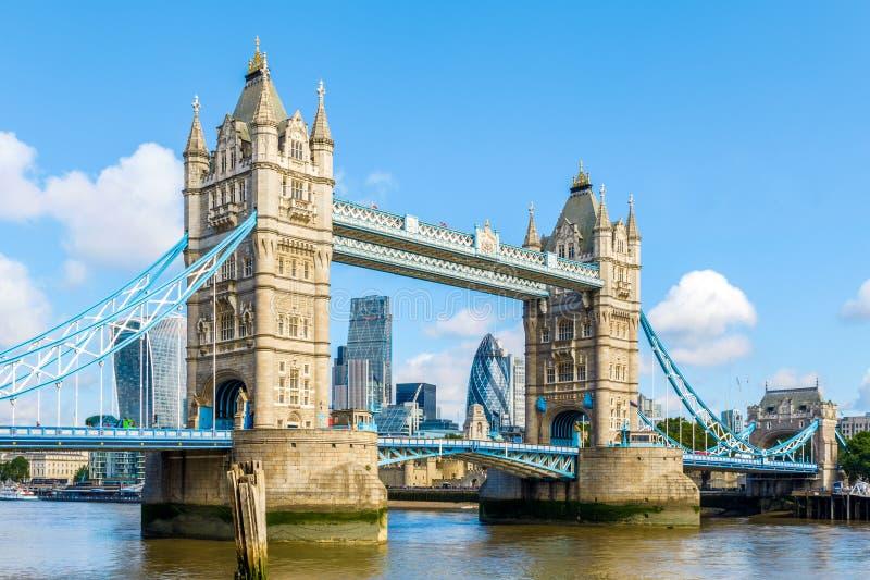 Солнечный день на мосте башни стоковая фотография rf