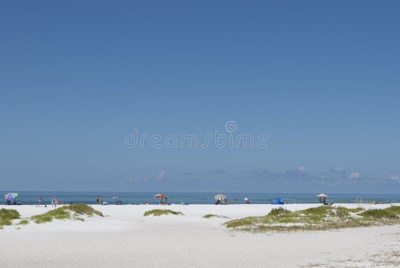 Солнечный день на пляже Sarasota Люди в расстоянии наслаждаясь пляжем стоковые изображения rf