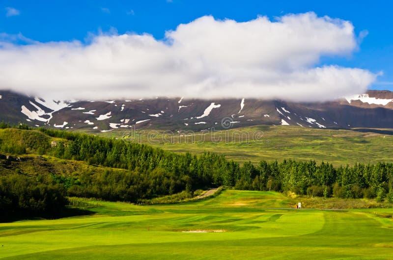 Солнечный летний день на поле для гольфа в Akureyri стоковые фотографии rf