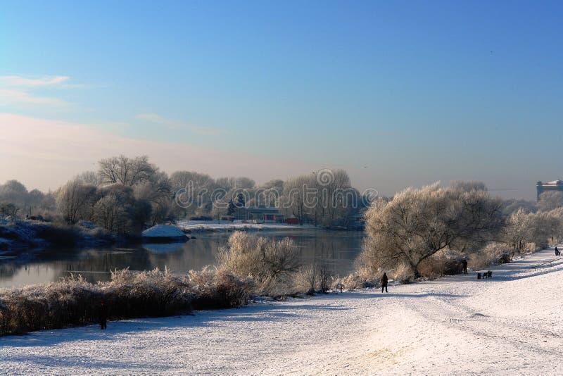 Солнечный зимний день на реке стоковое изображение